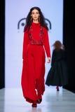 Pista de decolagem modelo da caminhada para AKA a passarela de NANITA no Queda-inverno 2017-2018 em Mercedes-Benz Fashion Week Ru Foto de Stock Royalty Free