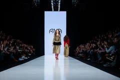 Pista de decolagem modelo da caminhada para AKA a passarela de NANITA no Queda-inverno 2017-2018 em Mercedes-Benz Fashion Week Ru Fotografia de Stock Royalty Free