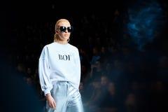 Pista de decolagem modelo da caminhada para a passarela de BELLA POTEMKINA no Mola-verão Mercedes-Benz Fashion Week Russia 2017 Fotografia de Stock Royalty Free