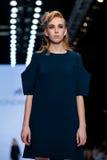 Pista de decolagem modelo da caminhada para a passarela de KONDAKOVA no Queda-inverno 2017-2018 em Mercedes-Benz Fashion Week Rus Imagem de Stock Royalty Free