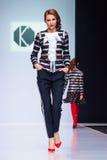 Pista de decolagem modelo da caminhada para a passarela de OLGA KUNITSYNA na semana de moda 2017-2018 de Moscou de outono-inverno Imagens de Stock Royalty Free
