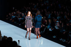 Pista de decolagem modelo da caminhada para a passarela de YASYA MINOCHKINA no Queda-inverno 2017-2018 em Mercedes-Benz Fashion W Imagens de Stock Royalty Free