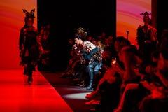 Pista de decolagem modelo da caminhada para a passarela de YULIA KOSYAK no Queda-inverno 2017-2018 em Mercedes-Benz Fashion Week  Imagens de Stock Royalty Free