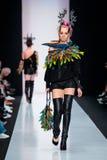 Pista de decolagem modelo da caminhada para a passarela de YULIA KOSYAK no Queda-inverno 2017-2018 em Mercedes-Benz Fashion Week  Fotografia de Stock