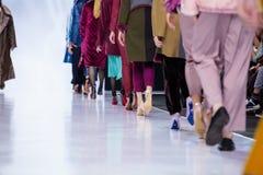Pista de decolagem modelo da caminhada para a passarela de SHTENFELD na semana de moda 2017-2018 de Moscou de outono-inverno Imagem de Stock Royalty Free