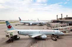 Pista de despeque del aeropuerto internacional de Calgary Fotos de archivo