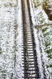 Pista de ferrocarril cubierta con nieve Imágenes de archivo libres de regalías