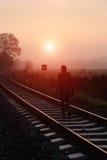 Pista de ferrocarril durante mañana de niebla del otoño Imagenes de archivo