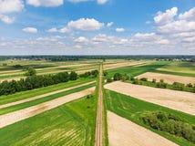 Pista de ferrocarril entre la opinión aérea de la zona rural fotografía de archivo