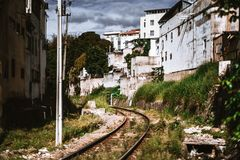 Pista de ferrocarril que extiende entre las casas vivas fotografía de archivo