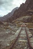 Pista de ferrocarril vieja y dañada usada en las montañas italianas para la construcción de la presa de la mucha altitud, el tran Fotografía de archivo