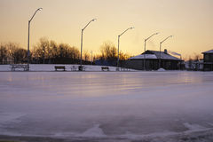 A pista de gelo exterior limpada recentemente e apronta-se para o ska do amanhecer Fotos de Stock Royalty Free
