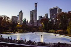 Pista de gelo no nascer do sol, Manhattan do Central Park fotos de stock royalty free