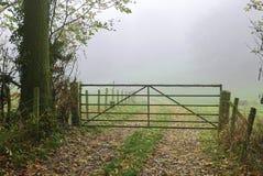 Pista de granja al campo de niebla Foto de archivo