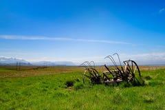 Pista de granja con el equipo de cultivo oxidado Imagenes de archivo