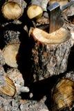 Pista de hacha y madera tajada Fotografía de archivo libre de regalías