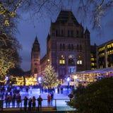 Pista de hielo de la Navidad en el museo de la historia natural en Londres Imagen de archivo libre de regalías