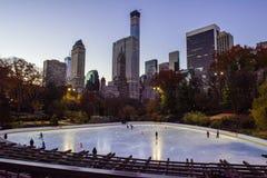Pista de hielo del Central Park en la salida del sol, Manhattan fotos de archivo libres de regalías