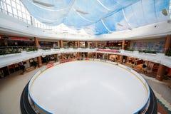 Pista de hielo en compras y centro de entretenimiento Foto de archivo libre de regalías