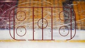 Pista de hockey sobre hielo sobre el vidrio fotos de archivo