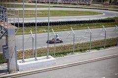 Pista de Kart y conductor del kart en pista Verano, diversión activa de la familia o deportes foto de archivo