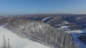 Pista de la montaña de la nieve del aire metrajes