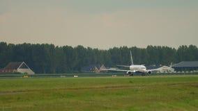 Pista de la vuelta de Boeing 737 antes de la salida almacen de metraje de vídeo