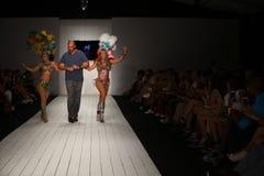 Pista de los paseos de Gil Even del diseñador con los bailarines en el desfile de moda de CA-RIO-CA Foto de archivo