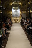 Pista de lujo durante la demostración de Cristiano Burani como parte de Milan Fashion Week Imagen de archivo