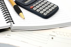 Pista de nota con la pluma, calculadora, libro de cheque Imagen de archivo libre de regalías