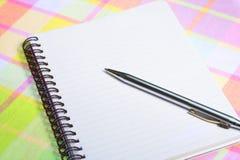Pista de nota en blanco con la pluma Foto de archivo libre de regalías