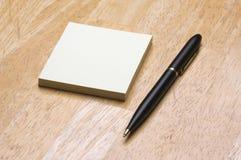 Pista de notas de la pluma y de post-it foto de archivo