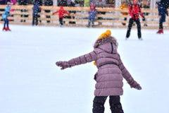 Pista de patinagem A menina vai primeiramente em patins fotografia de stock royalty free