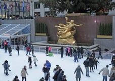 Pista de patinaje de hielo de la plaza de Rockefeller, New York City, NYC Fotos de archivo libres de regalías