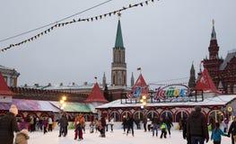 Pista de patinaje en la Plaza Roja, ha adornado para los días de fiesta del Año Nuevo y de la Navidad. Moscú Fotos de archivo