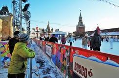 Pista de patinaje de la GOMA Decoraciones de la Navidad en la Plaza Roja en Moscú Pista de patinaje de la GOMA Imagenes de archivo