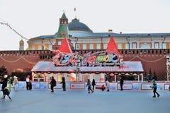 Pista de patinaje de la GOMA Decoraciones de la Navidad en la Plaza Roja en Moscú Pista de patinaje de la GOMA Fotos de archivo libres de regalías
