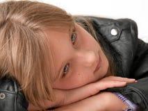 Pista de reclinación de la muchacha en las manos Fotografía de archivo libre de regalías