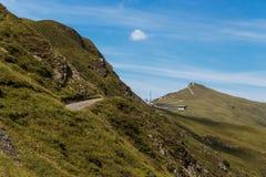 Pista de senderismo arriba en las montañas suizas debajo de un cielo azul en verano Foto de archivo libre de regalías