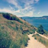 Pista de senderismo de la ladera con la opinión del banco y del lago Fotografía de archivo libre de regalías