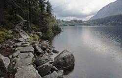 Pista de senderismo de la montaña en el lago Morskie Oko Fotografía de archivo