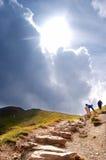 Pista de senderismo de las montañas imagen de archivo
