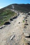 Pista de senderismo en marmota de la montaña fotos de archivo
