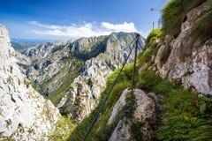 Pista de senderismo en montañas Fotografía de archivo libre de regalías