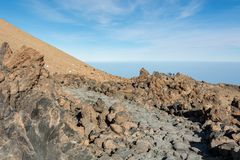 Pista de senderismo que corre con paisaje volcánico espectacular imagen de archivo libre de regalías