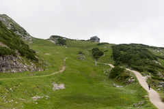 Pista de senderismo a través de las montañas de las montañas bávaras Fotos de archivo libres de regalías