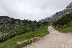 Pista de senderismo a través de las montañas de las montañas bávaras Imágenes de archivo libres de regalías
