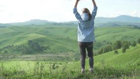Pista de senderismo turística de la mujer en el parque nacional de Altai en Siberia almacen de metraje de vídeo