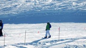 Pista de Ski And Snowboard Past On de la gente almacen de video