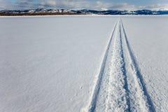Pista de Skidoo en el lago congelado Imagen de archivo